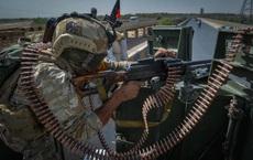 24h qua ảnh: Nhân viên an ninh bảo vệ xe của LHQ ở Afghanistan