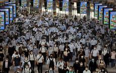 24h qua ảnh: Ga tàu điện đông nghịt giữa dịch Covid-19 ở Nhật Bản