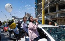 24h qua ảnh: Học sinh Palestine ăn mừng sau khi thi tốt nghiệp ở Bờ Tây