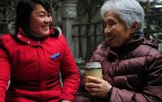 Sức khỏe không tốt nên đến nhà 2 con ở mỗi nhà nửa tháng, 1 tháng sau, người mẹ 65 tuổi đưa ra quyết định không ai nghĩ đến