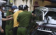"""Ngày đầu nới lỏng giãn cách, cảnh sát phải đập kính kéo tài xế xe Beijing ra ngoài vì gây """"náo loạn"""" cả tuyến phố"""