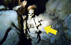 Kiểm tra thi thể chủ nhân ngôi mộ 7.000 tuổi, đội khảo cổ rùng mình: Sao lại thừa 18 cái xương?
