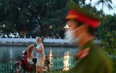 Nhiều người vượt rào ra hồ Tây hóng gió; ôm chó bỏ chạy khi thấy công an đi tuần