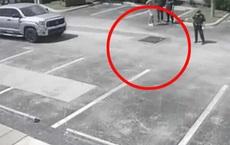 Nghe tiếng kêu cứu dưới cống, anh chàng thử nhìn xuống thì phát hiện người phụ nữ khỏa thân, tư thế khiến cảnh sát nghi ngờ