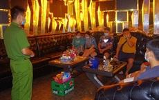 Trong mùa dịch bệnh Covid-19 vẫn cho hàng chục khách hát karaoke
