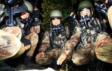 """Biên giới Trung-Ấn: Trời tối đen như mực, lính Trung Quốc rầm rầm tập bắn đạn thật """"xé nát màn đêm"""""""