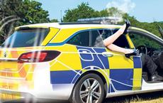 Phớt lờ 2 cuộc gọi gấp, 2 cảnh sát mải mê quan hệ mà không biết đang bị ghi âm lén, ban điều tra cũng phải đỏ mặt