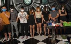 Phát hiện 17 nam nữ tưng bừng hát trong phòng VIP quán karaoke giữa mùa dịch Covid-19