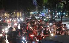 Người Hà Nội đổ ra đường đêm Trung thu, chuyên gia cảnh báo điều nguy hiểm có thể khiến công sức chống dịch đổ sông đổ biển