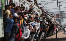 24h qua ảnh: Hành khách bám trên đoàn tàu quá tải ở Ấn Độ