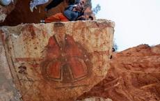 Cả gan nếm chất lỏng đỏ tanh nồng trong mộ cổ, anh nông dân suýt mất mạng oan: Dân làng lập tức báo cảnh sát