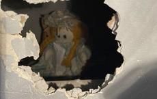 Kinh hãi phát hiện bức thư ''chết chóc'' trên tay búp bê vải trong căn nhà cũ