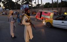 """Xác chết đẫm máu đung đưa trên cần cẩu: Taliban giơ cao """"thanh gươm công lý"""", nhưng thế giới không thấy vậy"""