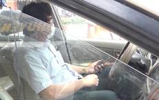 """Kỷ luật Thanh tra Sở không có giấy đi đường, khóa cửa """"cố thủ"""" trong ô tô cả tiếng"""