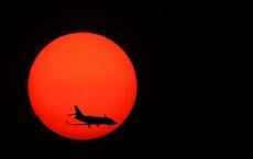 7 ngày qua ảnh: Máy bay di chuyển qua mặt trời lặn khi đang hạ cánh
