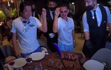 """Johnny Đặng, Khoa Pug tới New York ăn nhà hàng của """"thánh rắc muối"""", bị nhân viên làm đổ rượu vào người"""