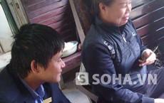 Cán bộ đường sắt thản nhiên ngồi xem hành khách đánh bạc trên tàu