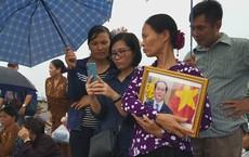 Người dân Ninh Bình ôm di ảnh đón thi hài cố Chủ tịch nước Trần Đại Quang