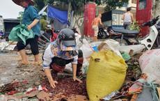 Sau trận ngập lịch sử, tiểu thương chợ Vinh vừa mếu khóc vừa hốt từng tý hàng mong cứu vãn
