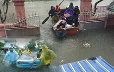 Nghệ An: Nước ngập cao ngang cửa sổ, nhà trai dùng phao bơi kéo lễ ăn hỏi tới nhà gái