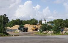 Hàng loạt bãi tập kết cát trái phép hoạt động công khai trên tuyến đường du lịch