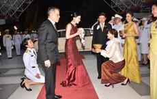 Lần đầu xuất hiện sau sóng gió hậu cung, Hoàng hậu Thái Lan tươi cười rạng rỡ khi tham dự sự kiện cùng chồng