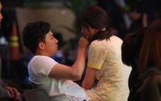 Xúc động cảnh Trấn Thành lặng lẽ đợi Hari Won ghi hình vài tiếng để được gặp ít phút