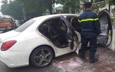 Xế sang Mercedes bốc cháy trên đường Hà Nội, cảnh sát đến dập lửa không thấy chủ nhân đâu