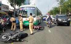 Xe buýt mất phanh cuốn hơn 10 xe máy đang dừng chờ đèn đỏ ở Sài Gòn