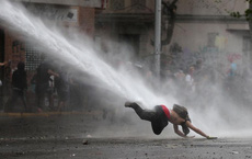 """24h qua ảnh: Cảnh sát phun vòi rồng """"thổi bay"""" người biểu tình"""