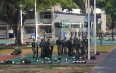 """Trong cảnh """"nước sôi lửa bỏng"""", binh lính PLA đồn trú ở Hồng Kông được phát hiện có động thái lạ"""