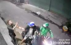 Thanh niên bị dí dao vào cổ cướp xe máy Vespa táo tợn ở Sài Gòn