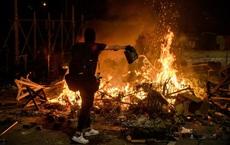 Hong Kong chìm trong bạo lực và hỗn loạn: Thêm một người thiệt mạng thương tâm, quan chức họp khẩn trong đêm