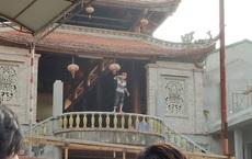 Hà Nội: Gã thanh niên cầm dao múa trên ban công chùa rồi tự chặt ngón tay