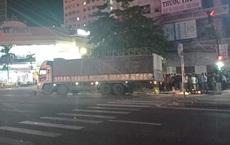 Xe tải biển Lào đâm thẳng vào xe dừng ở ngã tư, 1 phụ nữ chết thảm