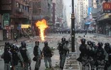 """Hồng Kông giữa hỗn loạn: Đầu não cảnh sát đón viên tướng """"cứng rắn"""", súng trường hiếm hoi xuất hiện"""
