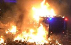 [VIDEO] Hồng Kông chìm trong hỗn loạn, xe bọc thép của cảnh sát bốc cháy ngùn ngụt