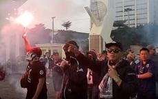 CĐV Thái Lan 'đại náo' trước sân Mỹ Đình, bịt mặt, hát vang, đốt pháo sáng cổ động