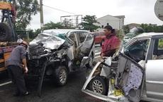 Xe 7 chỗ nát bét đầu sau cú đâm vào đuôi xe container, tài xế nguy kịch mắc kẹt bên trong