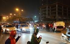 """Giữa dòng người """"đi bão"""" mừng U22 Việt Nam giành HCV, ô tô trắng lật giữa phố Hà Nội"""