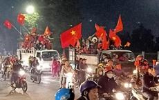 """Đoàn người ngồi trên xe tải phấn khích giơ tay chào nhau, hô vang """"Việt Nam vô địch"""""""