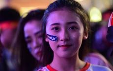 """""""Nóng rực"""" ở phố đi bộ Nguyễn Huệ khi tuyển U22 Việt Nam dẫn trước Indonesia 3 bàn thắng"""