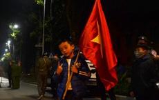 Bất chấp đêm lạnh hàng trăm người hâm mộ ngóng đợi U22 Việt Nam