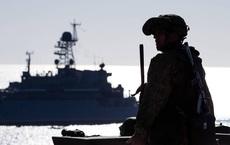 Tàu hộ vệ tên lửa Nga bám đuổi khu trục hạm Hải quân Mỹ trên Biển Đen