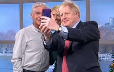 Dùng điện thoại Huawei chụp ảnh selfie, thủ tướng Anh khiến cả quốc gia lo lắng