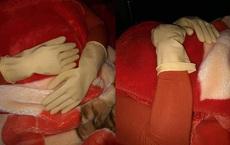 Đeo găng tay cao su đi ngủ, người phụ nữ khiến chồng con lo sợ không dám động vào vì một lý do