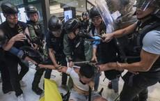 """Vụ """"cắn đứt ngón tay cảnh sát Hong Kong"""": Lời mô tả rùng mình của công tố viên tại phiên tòa"""