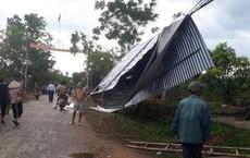 """Lốc xoáy bất ngờ tốc hàng loạt mái nhà dân, """"bốc"""" cả mái tôn treo lên đường điện"""