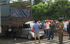Xe con tông mạnh vào đuôi xe tải, tài xế tử vong kẹt trong xe