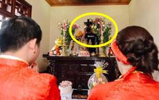 Bức hình kì dị nhất trong đám cưới: Thợ ảnh lấp ló trên ban thờ